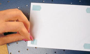 Herma pastilles pour photos dans un distributeur en carton for Distributeur fourniture bureau